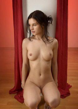 Молодая, красивая девушка ищет парня для секса без обязательств в Москве